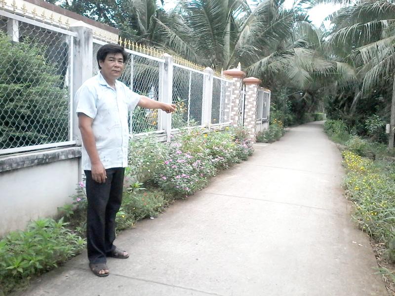 Ông Nguyễn Văn Quì trên tuyến lộ ấp Quý Thuận B.