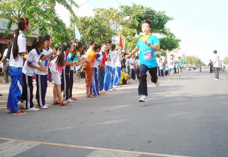 Vận động viên TP. Bến Tre thi chạy tại Giải Việt dã.