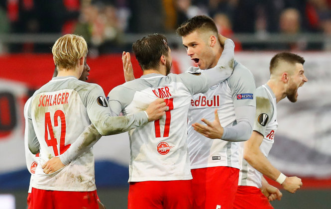 Niềm vui của Salzburg sau khi giành quyền vào tứ kết. Ảnh: REUTERS