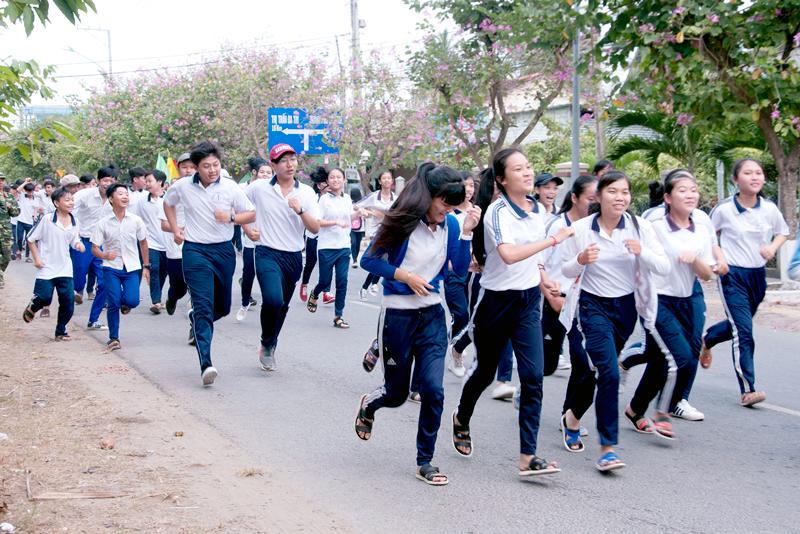 Học sinh trên địa bàn huyện tham gia ngày chạy Olympic năm 2017. Ảnh: Hoàng Minh