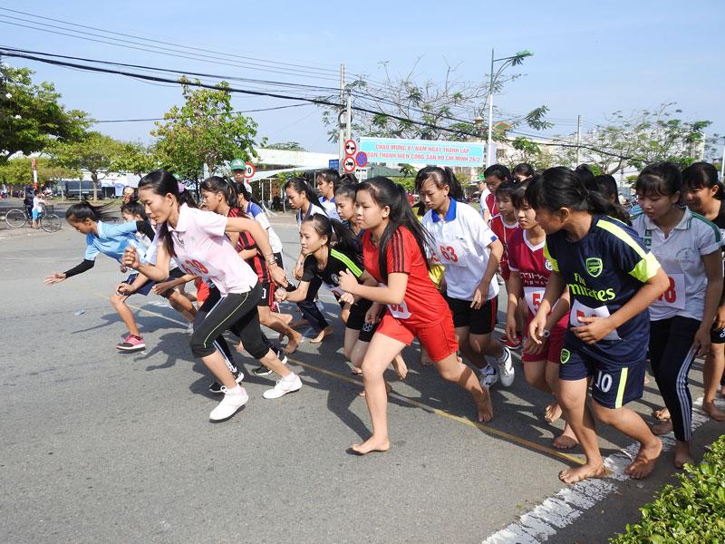 Các vận động viên tham gia Giải Việt dã truyền thống Báo Đồng Khởi chuẩn bị xuất phát (cự ly 3.000m nữ). Ảnh: Thanh Đồng