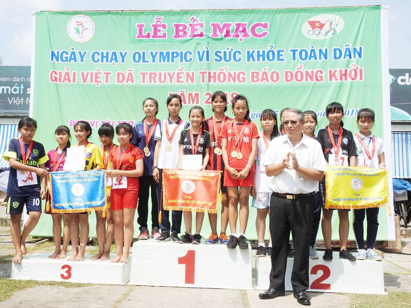 Ông Cao Văn Dũng - Trưởng Ban Tuyên giáo Tỉnh ủy trao giải đồng đội nữ cho các nhóm vận động viên. Ảnh: Thanh Đồng