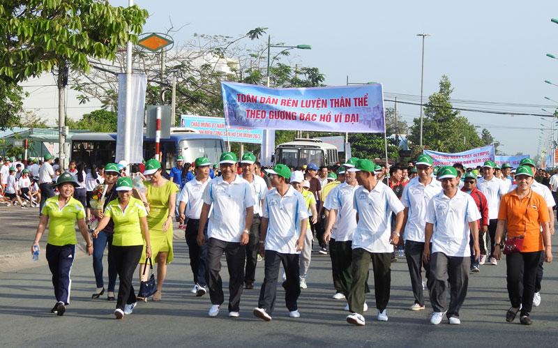 Các đại biểu, vận động viên tham gia chạy biểu dương Ngày chạy Olympic vì sức khỏe toàn dân. Ảnh: Thanh Đồng