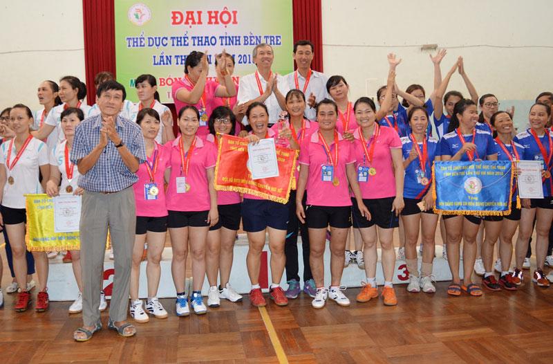 Ban Tổ chức trao giải cho các đội.