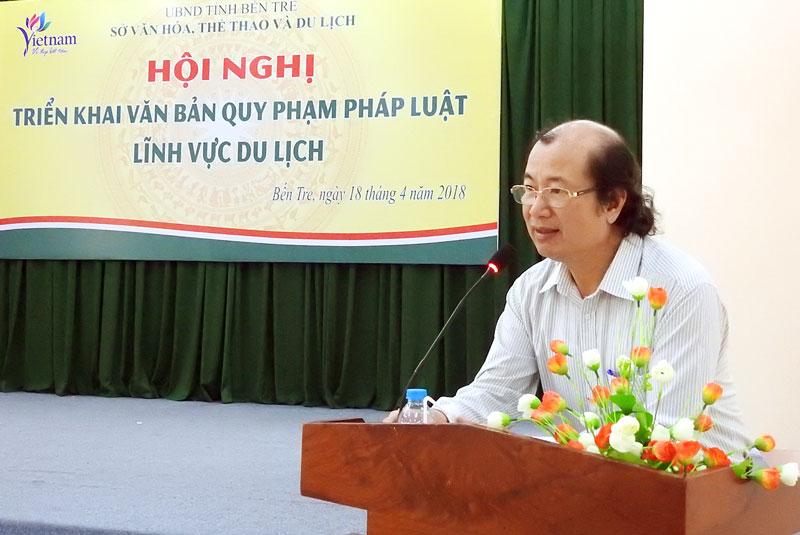 Phó giám đốc Sở Văn hóa, Thể thao và Du lịch Trần Duy Phương triển khai các văn bản liên quan đến du lịch.