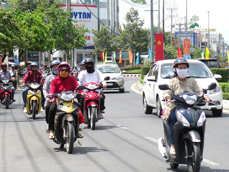 Đại lộ Đồng Khởi (đoạn đi qua phường Phú Khương) luôn được chăm sóc cảnh quan, trật tự đô thị.