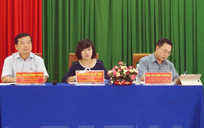 Đại biểu Quốc hội khóa XIV đơn vị tỉnh Bến Tre tiếp xúc cử tri tại huyện Chợ Lách. Ảnh: Quốc Hùng