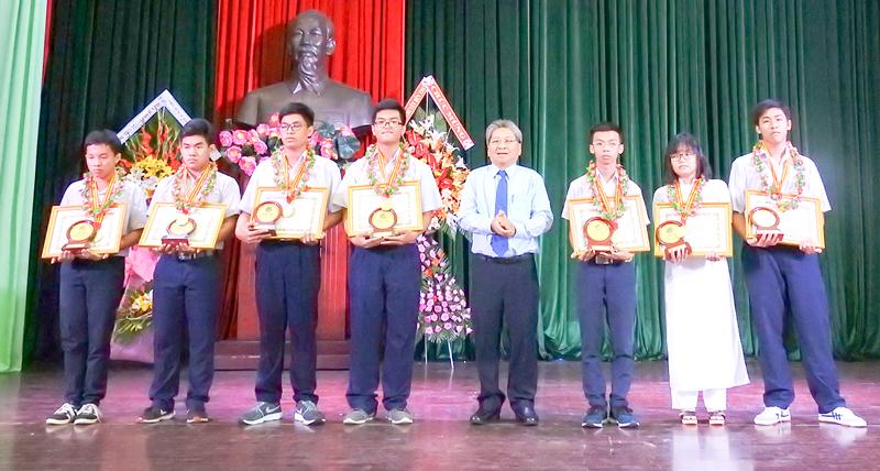 Chủ tịch UBND TP. Bến Tre Cao Thành Hiếu trao giấy khen, phần thưởng cho các em học sinh đạt huy chương vàng cuộc thi Olympic 30-4 năm học 2017-2018.