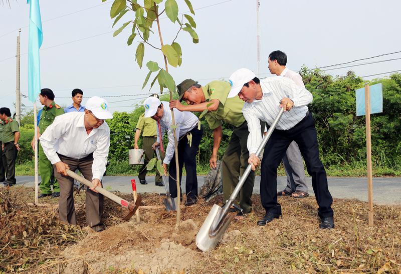 Các đại biểu tham gia trồng cây trong ngày lễ phát động. Ảnh: Phan Hân
