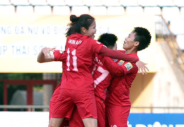 Các cô gái Hà Nội ăn mừng chiến thắng 9-0 trước Sơn La.