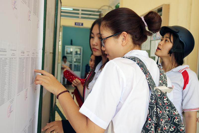 Thí sinh tham dự kỳ thi THPT quốc gia 2018 dò số báo danh, phòng thi tại điểm Trường THPT Võ Trường Toản, TP. Bến Tre.