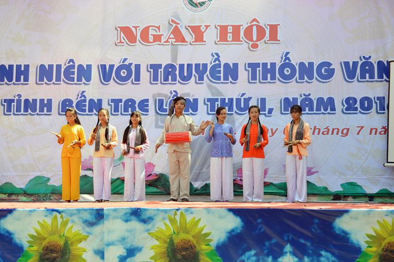 Thiếu nhi Ba Tri biểu diễn hát sắc bùa Phú lễ tại Ngày hội truyền thống Văn hóa. Ảnh: A. Nguyệt