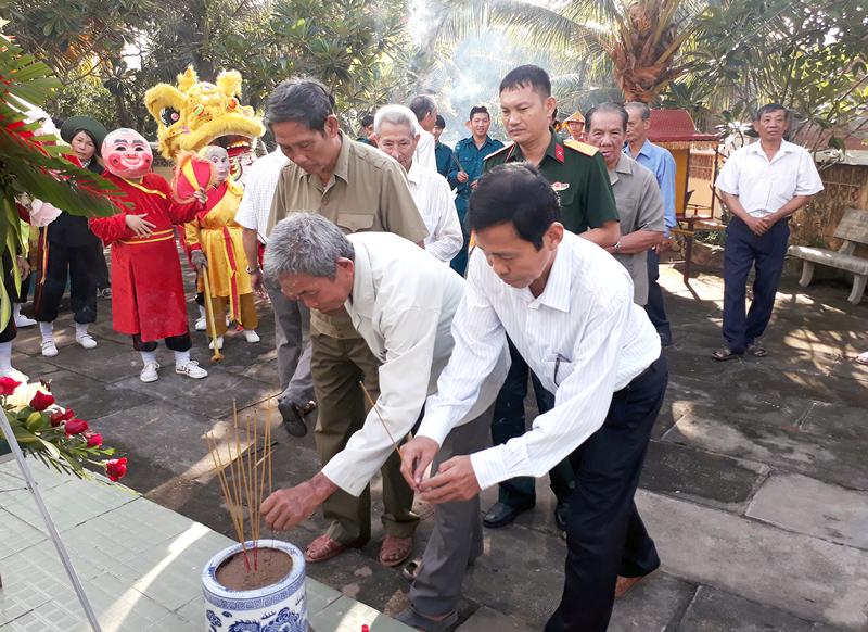 Chính quyền địa phương cùng đông đảo người dân đến viếng khu lăng mộ và thắp hương tưởng nhớ Lãnh binh Nguyễn Ngọc Thăng. Ảnh: Kim Phụng