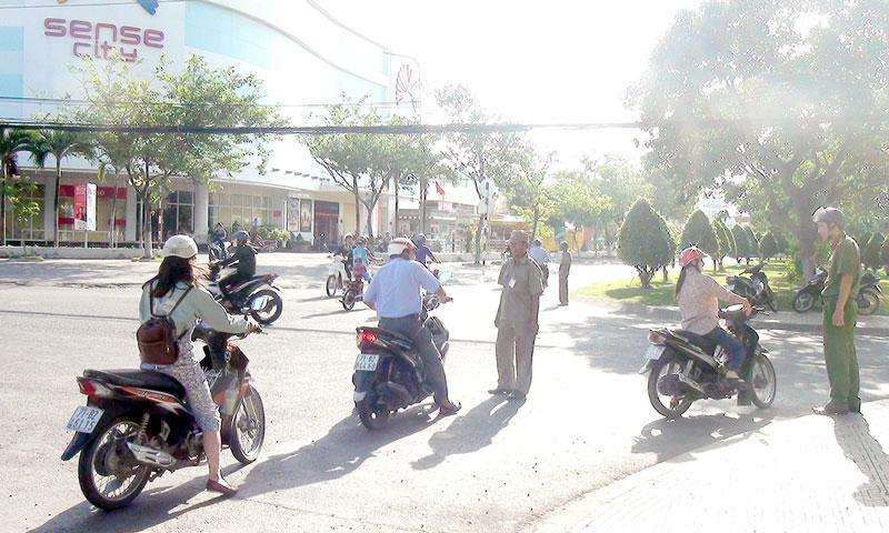 Các lực lượng chức năng hướng dẫn người tham gia giao thông 1 chiều tại tuyến tuyến đường Trần Quốc Tuấn. Ảnh: Hồng Quốc