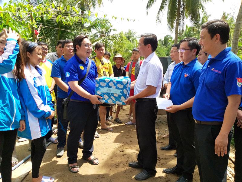 Phó bí thư Thường trực Tỉnh ủy Phan Văn Mãi tặng quà cho các chiến sĩ tình nguyện.