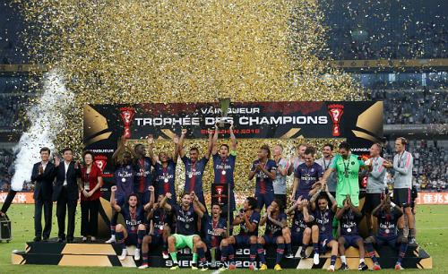 Các cầu thủ PSG đón nhận danh hiệu đầu tiên mùa này. Ảnh: Reuters.