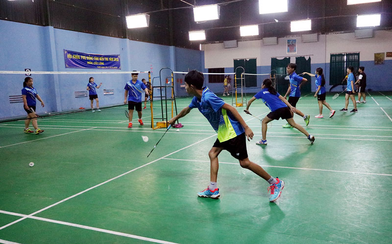 Các vận động viên thi đấu môn cầu lông tại Câu lạc bộ Thanh Trúc. Ảnh: Phan Hân