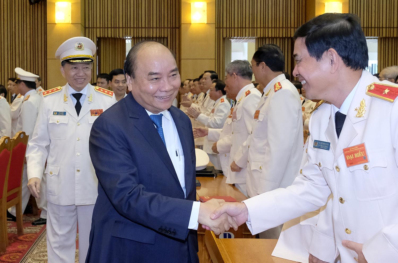 Thủ tướng Nguyễn Xuân Phúc chúc mừng lãnh đạo Bộ Công an. Ảnh VGP/Quang Hiếu