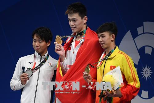 VĐV Việt Nam Nguyễn Huy Hoàng (phải) giành HCĐ, Sun Yang (giữa) của Trung Quốc đoạt HCV và Shogo Takeda của Nhật Bản giành HCB nội dung bơi 800m tự do nam tại ASIAD 2018 ở Jakarta, Indonesia ngày 20-8-218. Ảnh: AFP/TTXVN