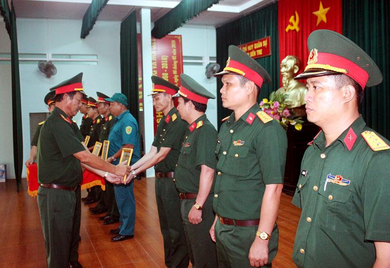 Đồng chí Vũ Thành Đức -  Chỉ huy trưởng Bộ Chỉ huy Quân sự tỉnh trao thưởng cho các tập thể và cá nhân có thành tích qua 5 năm thực hiện Nghị quyết của Quân ủy Trung ương. Ảnh: Đặng Thạch
