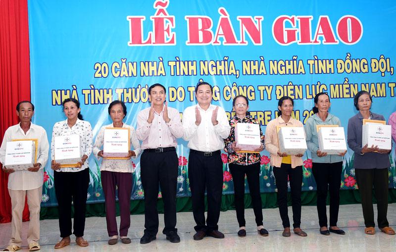 Chủ tịch UBND tỉnh Cao Văn Trọng trao Bằng khen của UBND tỉnh cho các tập thể, cá nhân  có thành tích trong công tác từ thiện xã hội.