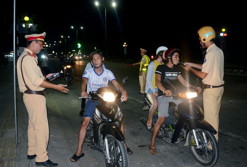 Cảnh sát giao thông kiểm tra nồng độ cồn người điều khiển phương tiện trên quốc lộ 60.