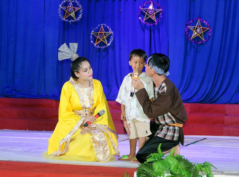 """Trẻ em giao tham gia trò chơi đố vui có thưởng tai chương trình """"Vui hội trăng rằm"""". Ảnh: Phan Hân"""