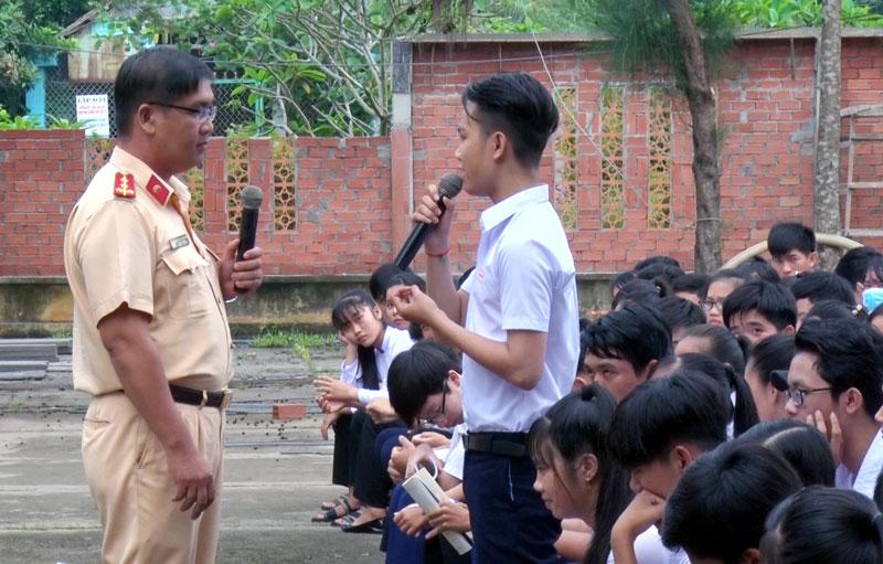Cán bộ Phòng Cảnh sát giao thông tuyên truyền pháp luật cho các em học sinh. Ảnh: Bảo Nhân