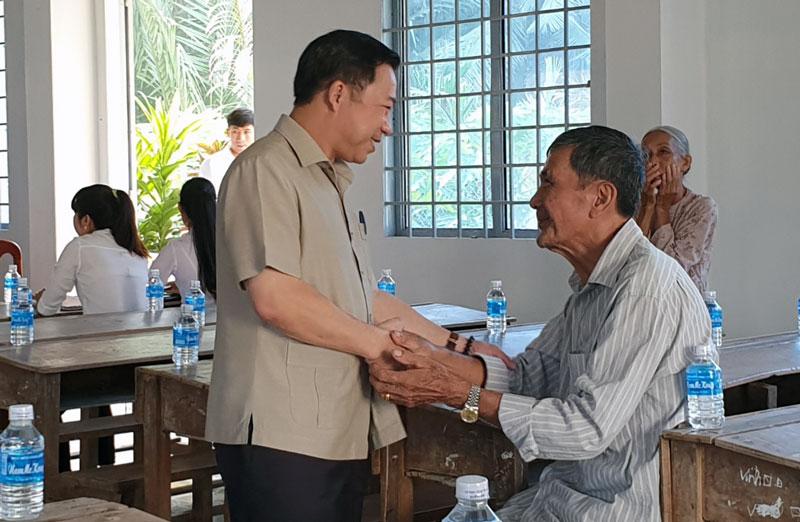 Ông Lưu Bình Nhưỡng - Đại biểu Quốc hội khóa XIV bắt tay, thăm hỏi cử tri trước buổi tiếp xúc tại huyện Mỏ Cày Bắc. Ảnh: Q. Hùng
