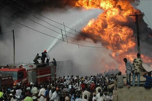 Số người thiệt mạng trong vụ cháy nổ đường ống dẫn dầu ở miền Đông Nam Nigeria ít nhất 60. Ảnh: AFP