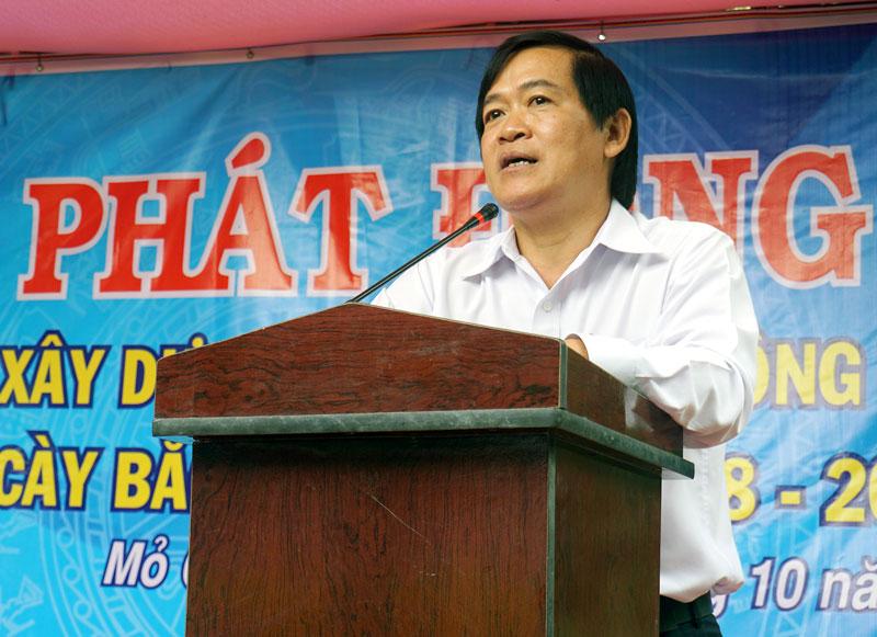 Bí thư Huyện ủy Lê Kiến Tính phát biểu tại buổi lễ. Ảnh: N. Sơn