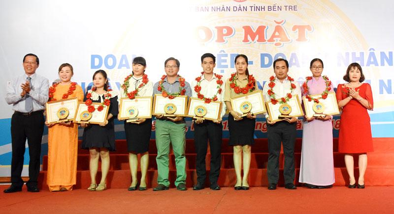 Phó bí thư Thường trực Tỉnh ủy Phan Văn Mãi trao tặng bằng khen của UBND tỉnh cho những doanh nghiệp khởi nghiệp tiêu biểu tỉnh Bến Tre năm 2018.