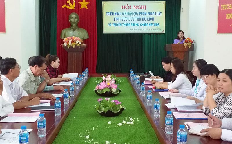 Trưởng Phòng Quản lý du lịch Sở Văn hóa, Thể thao và Du lịch Nguyễn Thị Ngọc Dung  triển khai các nội dung tại hội nghị.