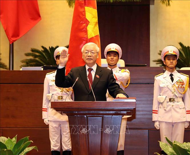 Tổng Bí thư Nguyễn Phú Trọng, Chủ tịch nước CHXHCN Việt Nam nhiệm kỳ 2016-2021 thực hiện nghi thức tuyên thệ nhậm chức trước Quốc hội, đồng bào và cử tri cả nước. Ảnh: Trí Dũng/TTXVN