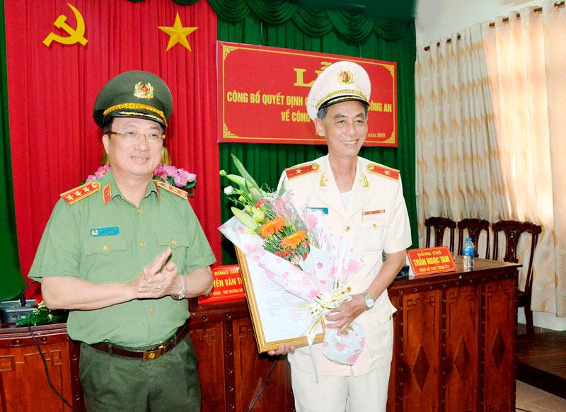 Thượng tướng Nguyễn Văn Thành - Thứ trưởng Bộ Công an trao quyết định cho Thiếu tướng Nguyễn Văn Hoàng - Giám đốc Công an tỉnh. Ảnh: Đăng Khoa