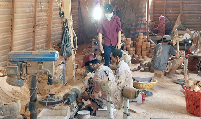 Xưởng sản xuất sản phẩm mỹ nghệ từ dừa của nghệ nhân Nguyễn Văn Hoảnh