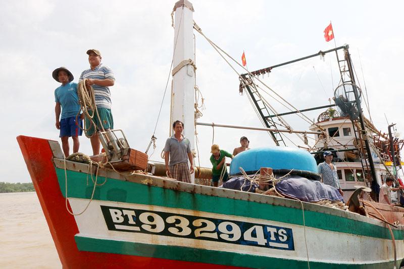 Ngư dân xã An Thủy, huyện Ba Tri trong chuyến cập bến.