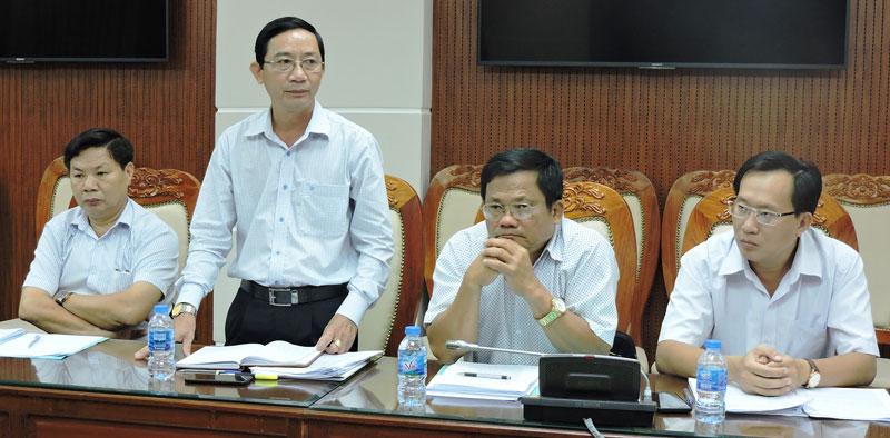 Ông Trương Quốc Phong - Giám đốc Sở Văn hóa, Thể thao và Du lịch thảo luận tại cuộc họp tổ. Ảnh: P. Tuyết