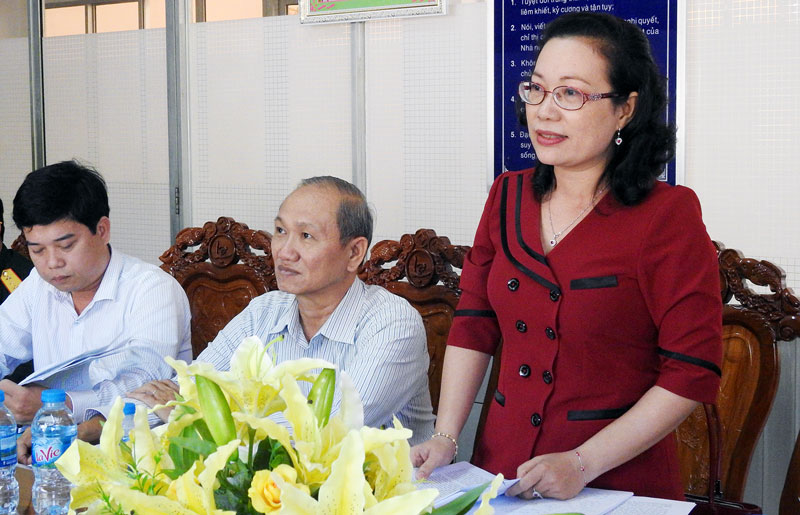 Hiệu trưởng Trường Chính trị tỉnh Nguyễn Trúc Hạnh phát biểu ý kiến tại tổ thảo luận số 3. Ảnh: Thanh Đồng