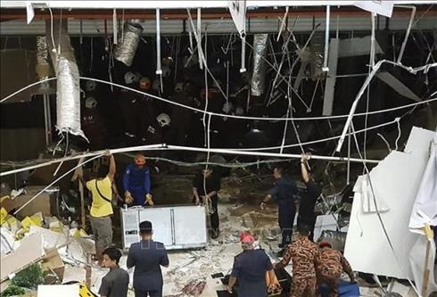 Lực lượng an ninh Malaysia điều tra tại hiện trường vụ nổ ở Kuching, bang Sarawak ngày 4-12-2018. Ảnh: AFP/TTXVN