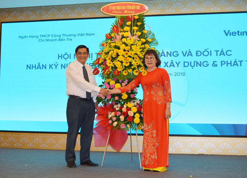Ông Trương Duy Hải - Phó Chủ tịch Thường trực UBND tỉnh trao lẵng hoa chúc mừng đơn vị. Ảnh: A. Nguyệt