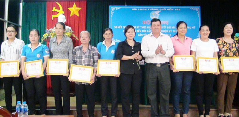 Phó bí thư Thường trực Thành ủy Võ Thanh Hồng trao giấy khen cho các tập thể và cá nhân tiêu biểu.  Ảnh: P. Thảo