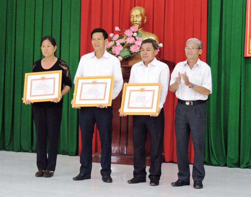 Trao giấy khen cho cá nhân điển hình tại hội nghị tổng kết 2 năm thực hiện Chỉ thị số 05 ở huyện Châu Thành.