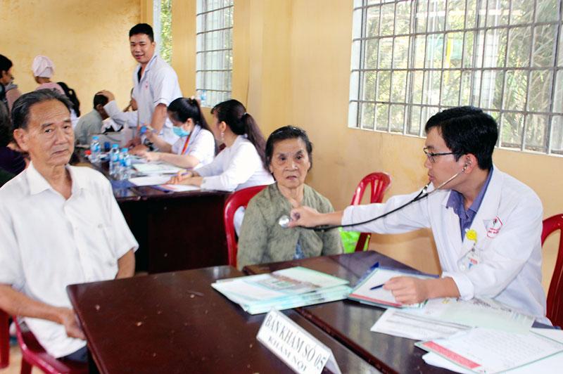 Bác sĩ khám bệnh cho bệnh nhân nghèo tại xã Sơn Hòa. Ảnh: H. Đức