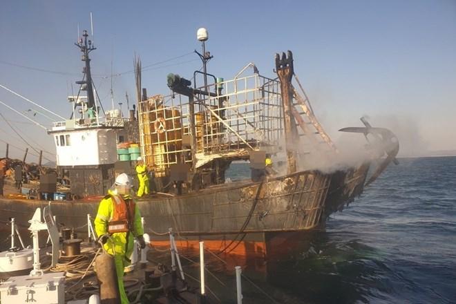 Tàu đánh cá bốc cháy ở ngoài khơi bờ biển phía Tây Nam Hàn Quốc. Nguồn: Yonhap