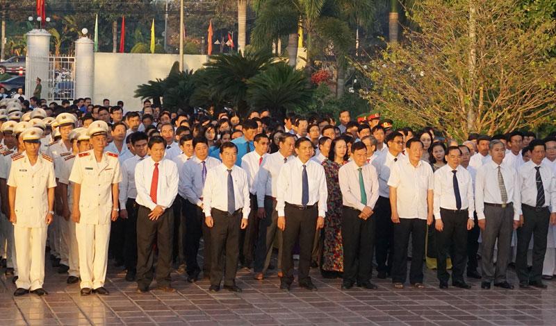 Thường trực Tỉnh ủy và các đại biểu tại buổi lễ viếng nghĩa trang liệt sĩ tỉnh. Ảnh: Q.Hùng