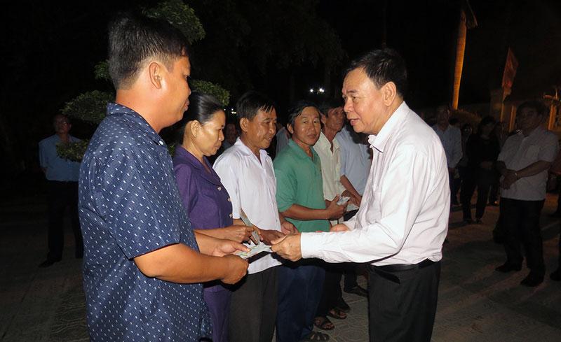 Bí thư Tỉnh ủy Võ Thành Hạo trao lì xì cho nhân viên trúc trực ở Nghĩa trang liệt sĩ tỉnh.