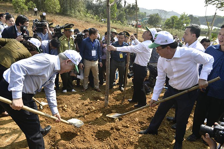 Tổng Bí thư, Chủ tịch nước Nguyễn Phú Trọng, Phó thủ tướng Trịnh Đình Dũng tham gia Tết trồng cây. Ảnh: VGP/Nhật Bắc