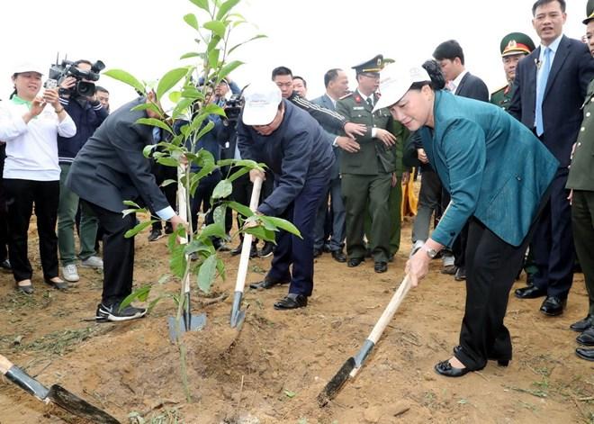 Chủ tịch Quốc hội Nguyễn Thị Kim Ngân tham gia trồng cây tại lễ phát động. Ảnh: Trọng Đức/TTXVN