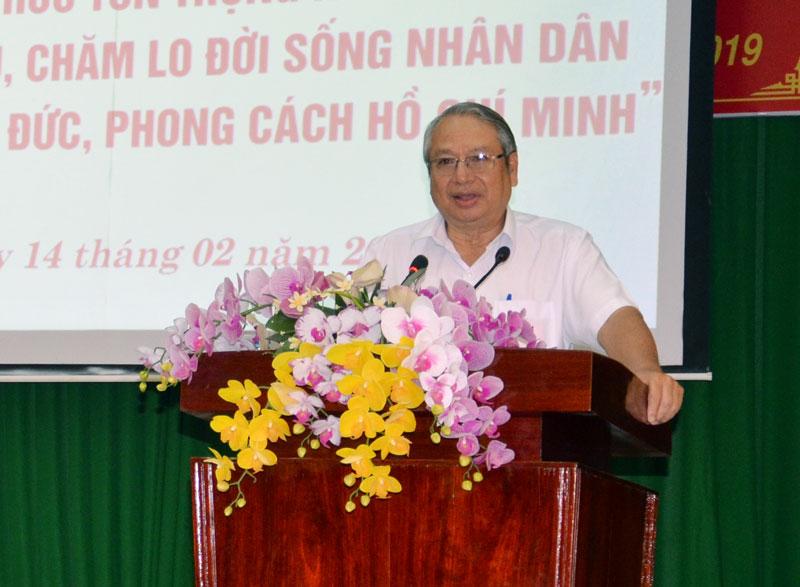 Trưởng ban Tuyên giáo Tỉnh ủy Cao Văn Dũng báo cáo chuyên đề.